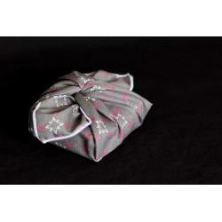 savon emballé avec un carré de tissu en coton bio gris motifs noel