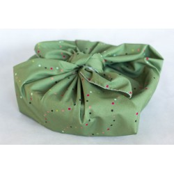 corbeille emballée avec un carré de tissu en coton bio vert noel