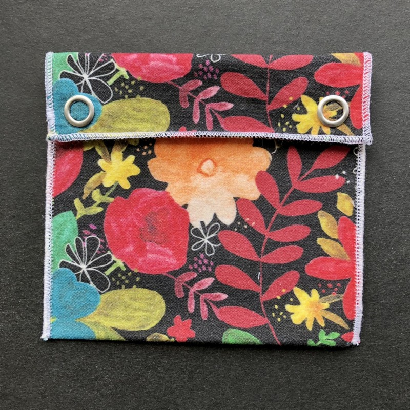 pochette imperméable en coton bio noire fleurs multicolores